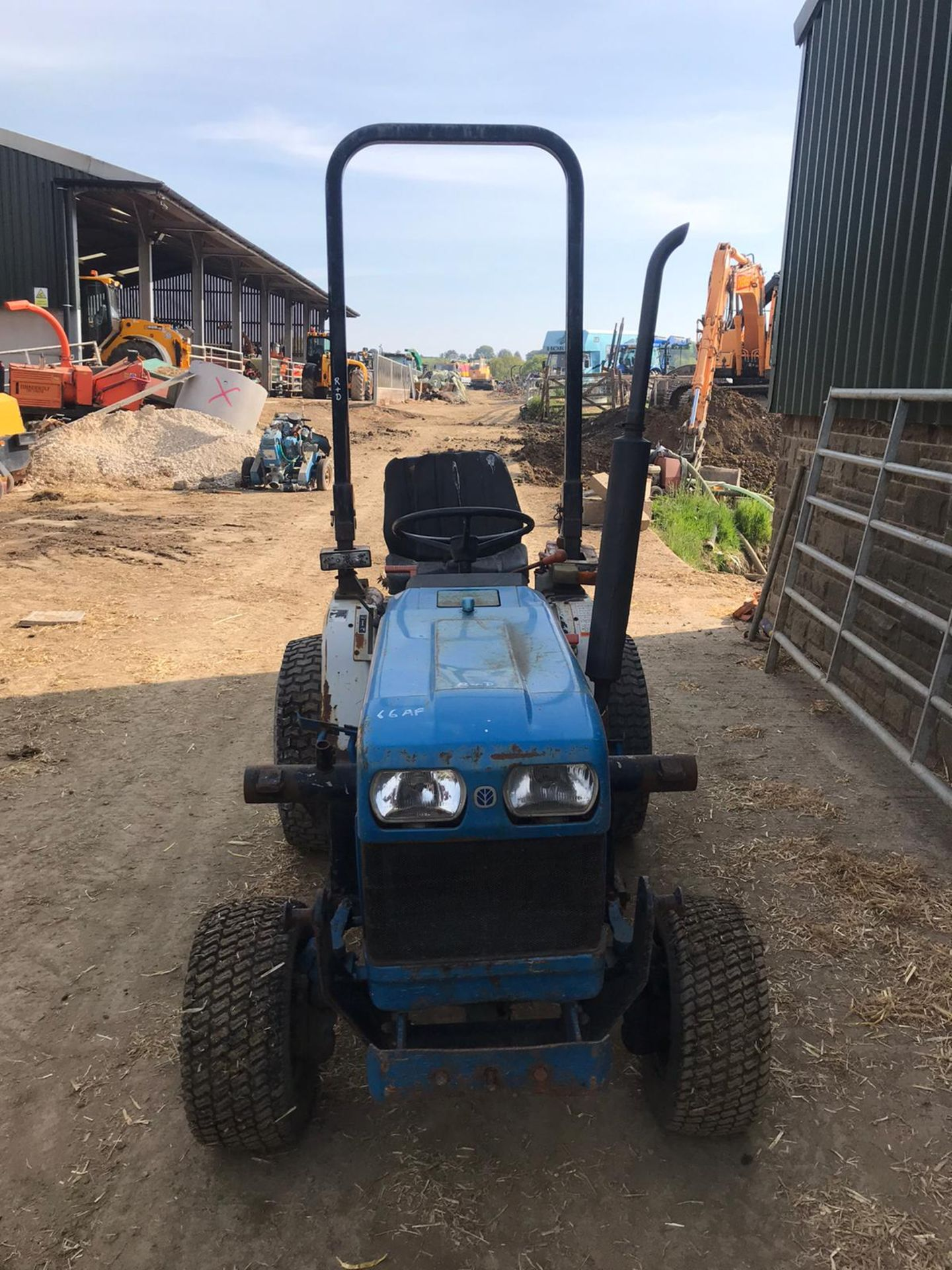 NEW HOLLAND 1220 COMPACT TRACTOR, RUNS, DRIVES, NOISY ENGINE *PLUS VAT* - Image 2 of 5