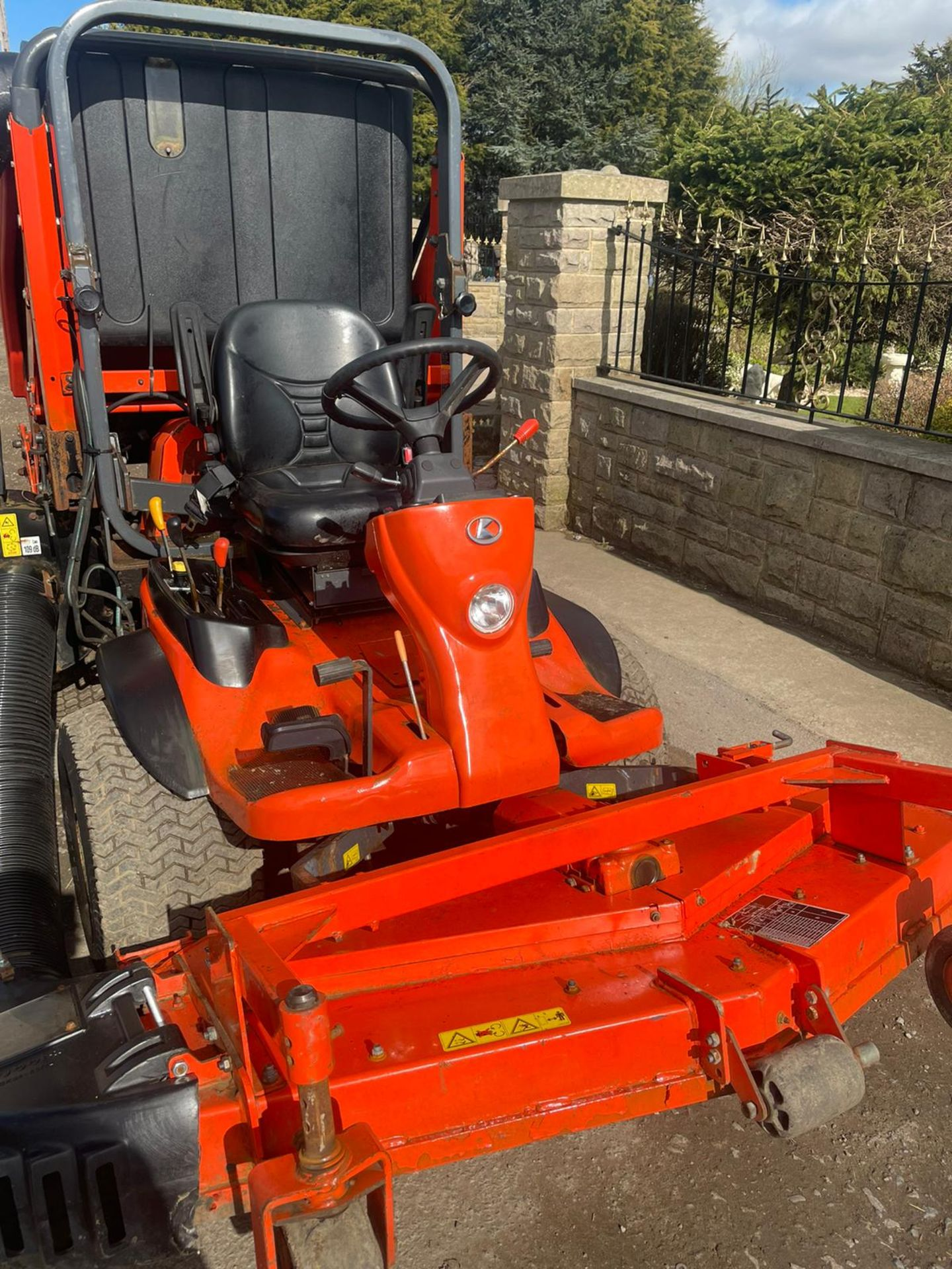 2011 KUBOTA F3680 OUT FRONT RIDE ON LAWN MOWER HIGH TIP COLLECTOR, 4 WHEEL DRIVE, PLUS VAT - Image 2 of 7
