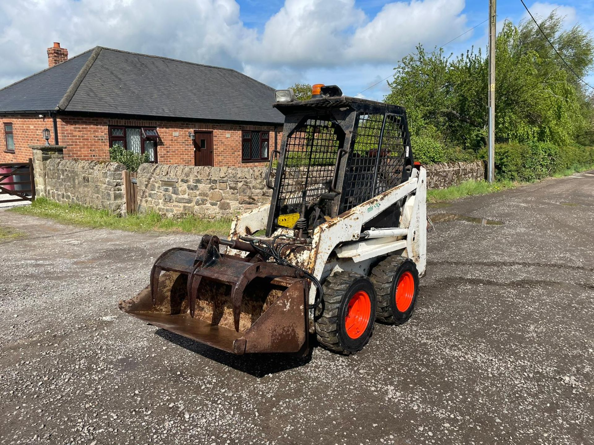 BOBCAT 443 SKIDSTEER WITH BUCKET AND GRAB, RUNS DRIVES AND LIFTS, GOOD SET OF TYRES *PLUS VAT* - Image 3 of 9