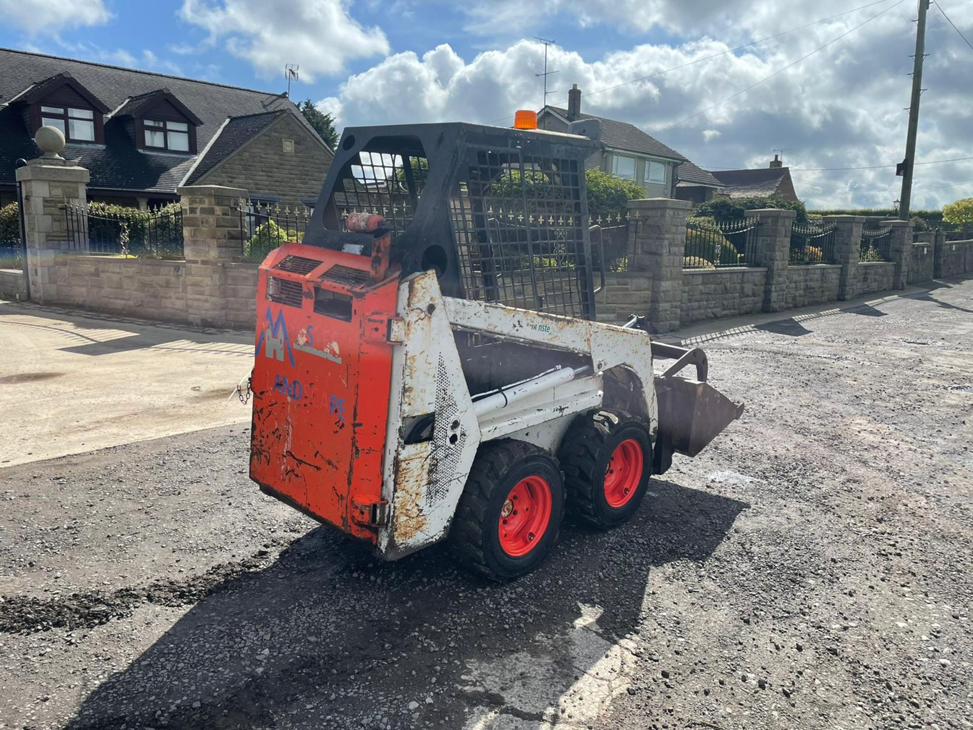 BOBCAT 443 SKIDSTEER WITH BUCKET AND GRAB, RUNS DRIVES AND LIFTS, GOOD SET OF TYRES *PLUS VAT* - Image 5 of 9