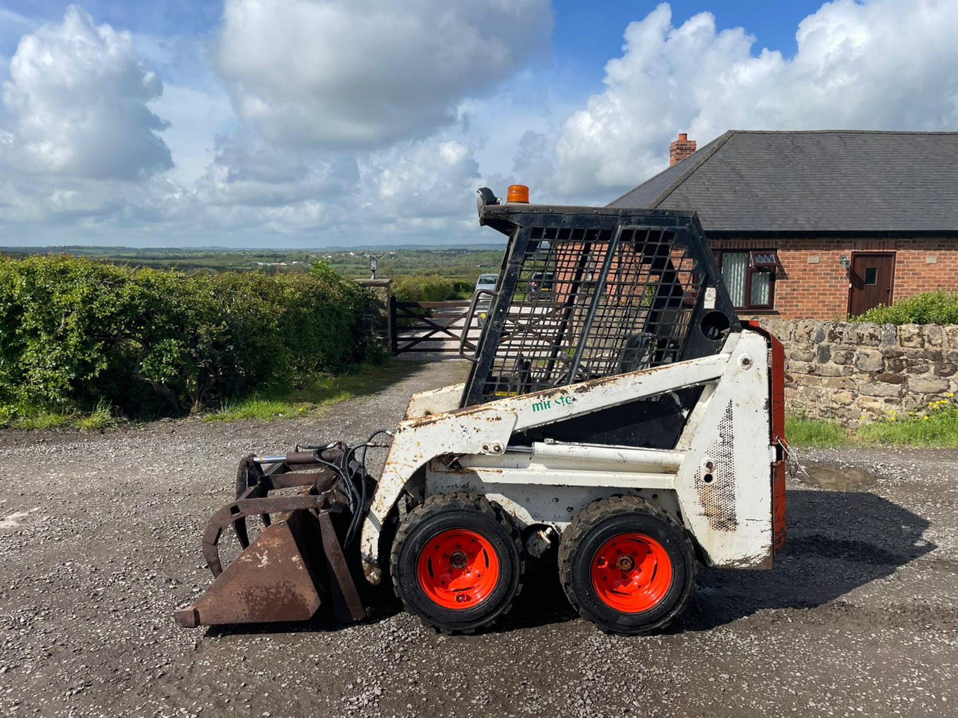 BOBCAT 443 SKIDSTEER WITH BUCKET AND GRAB, RUNS DRIVES AND LIFTS, GOOD SET OF TYRES *PLUS VAT* - Image 2 of 9