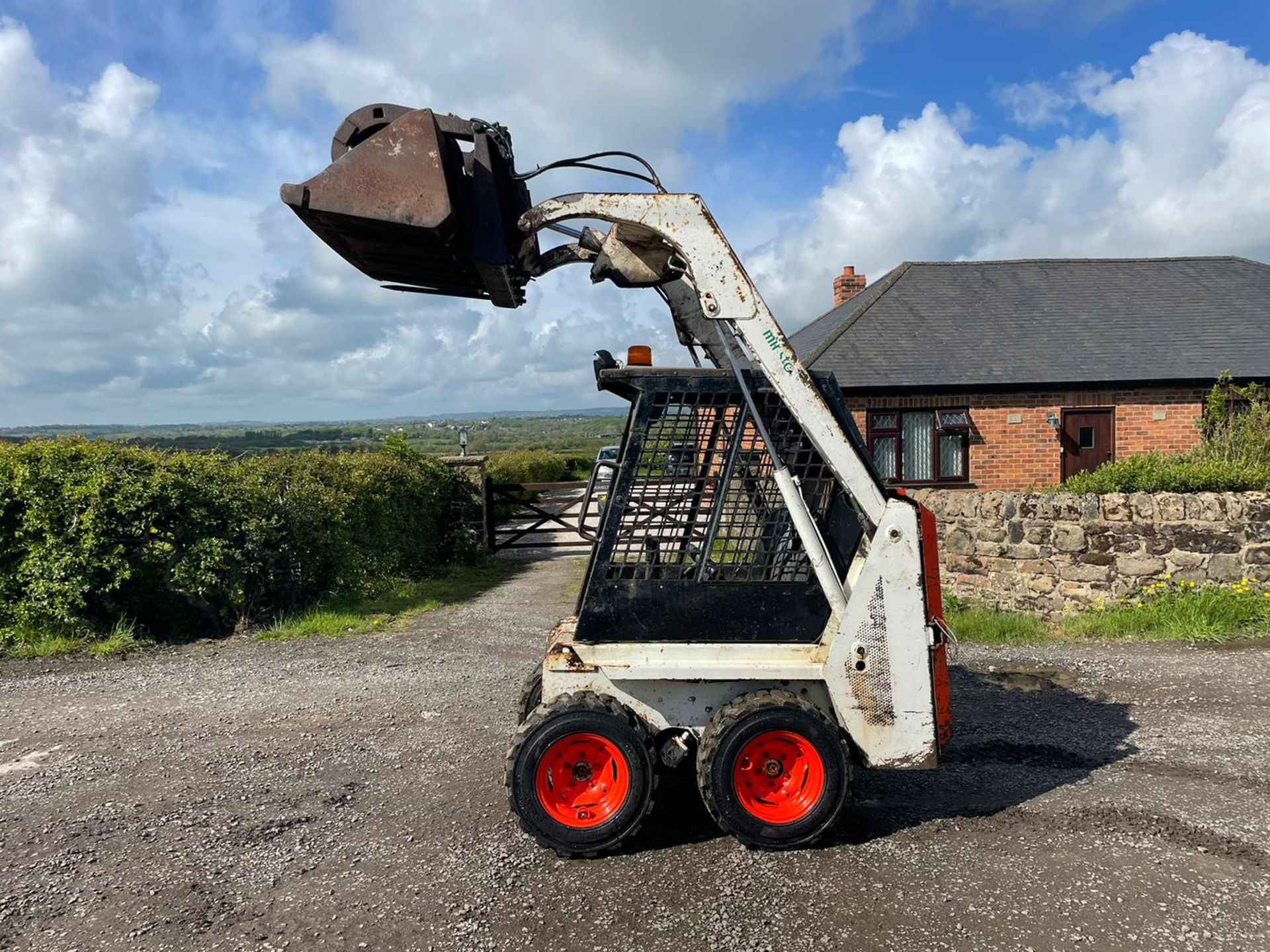BOBCAT 443 SKIDSTEER WITH BUCKET AND GRAB, RUNS DRIVES AND LIFTS, GOOD SET OF TYRES *PLUS VAT*