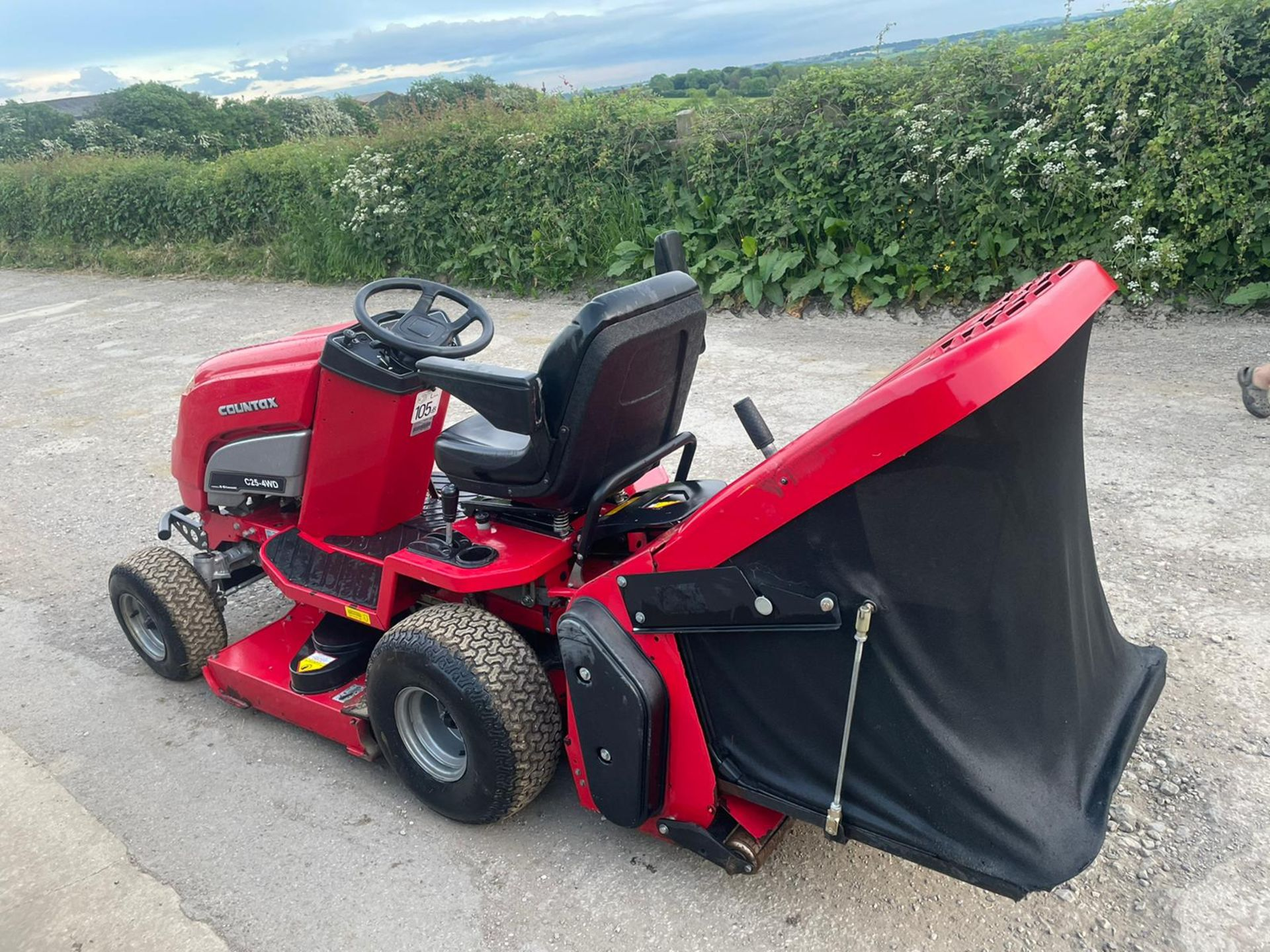 COUNTAX C25-4WD RIDE ON LAWN MOWER, RUNS AND WORKS, CUTS AND COLLECTS *NO VAT* - Image 3 of 7