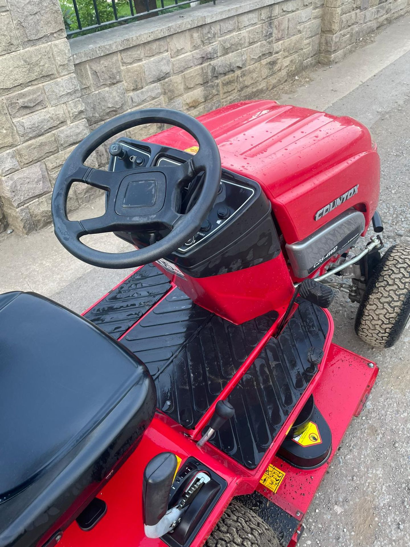 COUNTAX C25-4WD RIDE ON LAWN MOWER, RUNS AND WORKS, CUTS AND COLLECTS *NO VAT* - Image 6 of 7