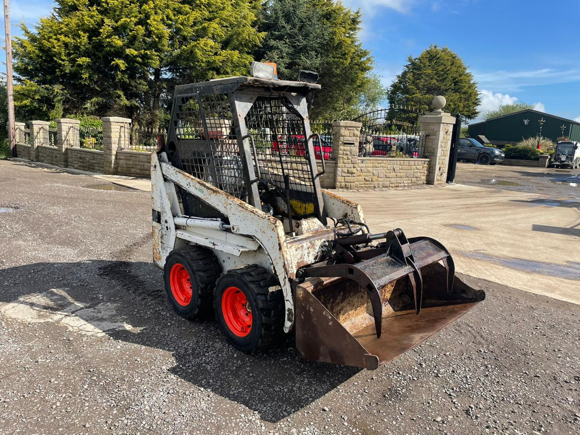 BOBCAT 443 SKIDSTEER WITH BUCKET AND GRAB, RUNS DRIVES AND LIFTS, GOOD SET OF TYRES *PLUS VAT* - Image 4 of 9