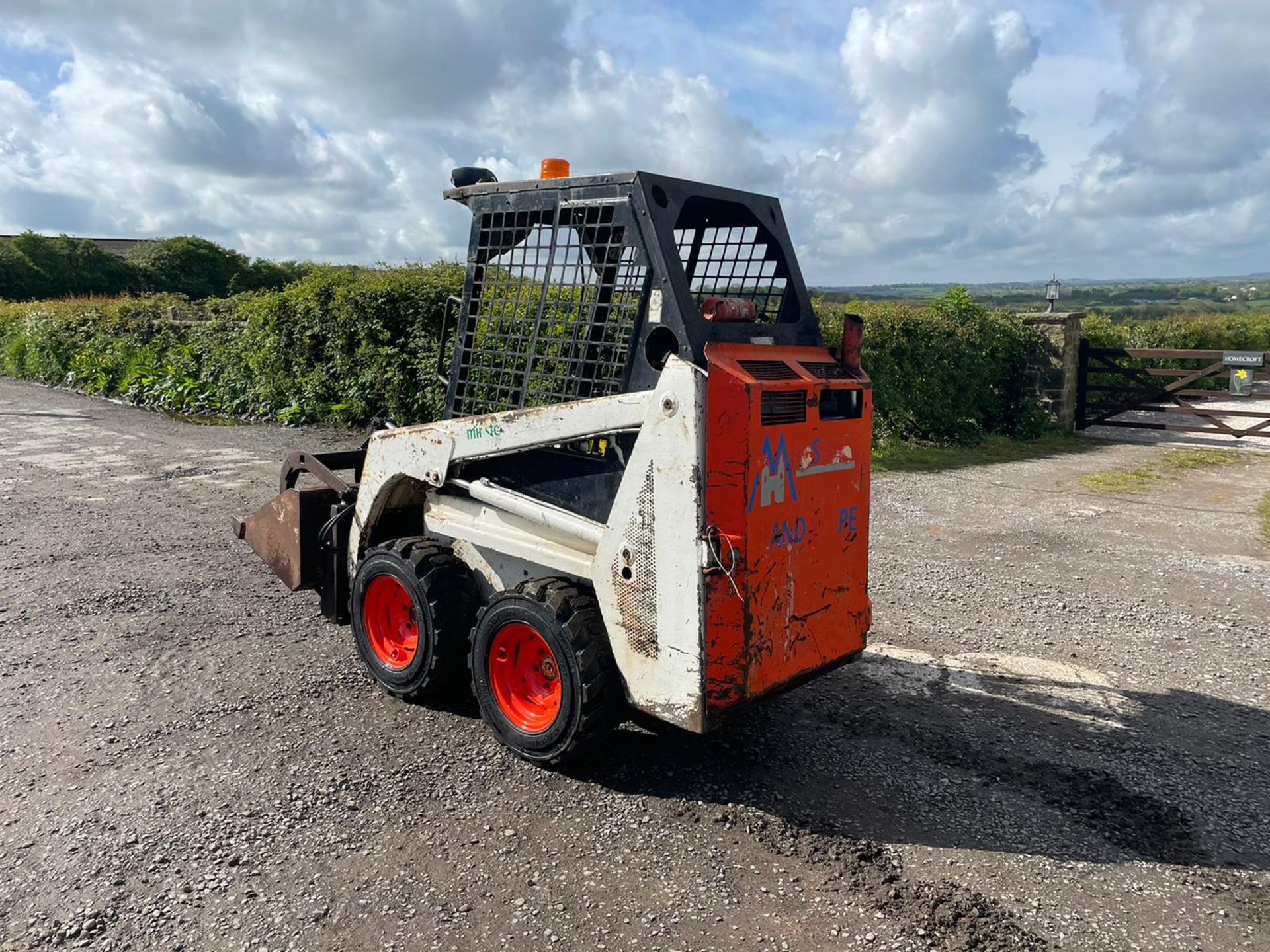 BOBCAT 443 SKIDSTEER WITH BUCKET AND GRAB, RUNS DRIVES AND LIFTS, GOOD SET OF TYRES *PLUS VAT* - Image 6 of 9