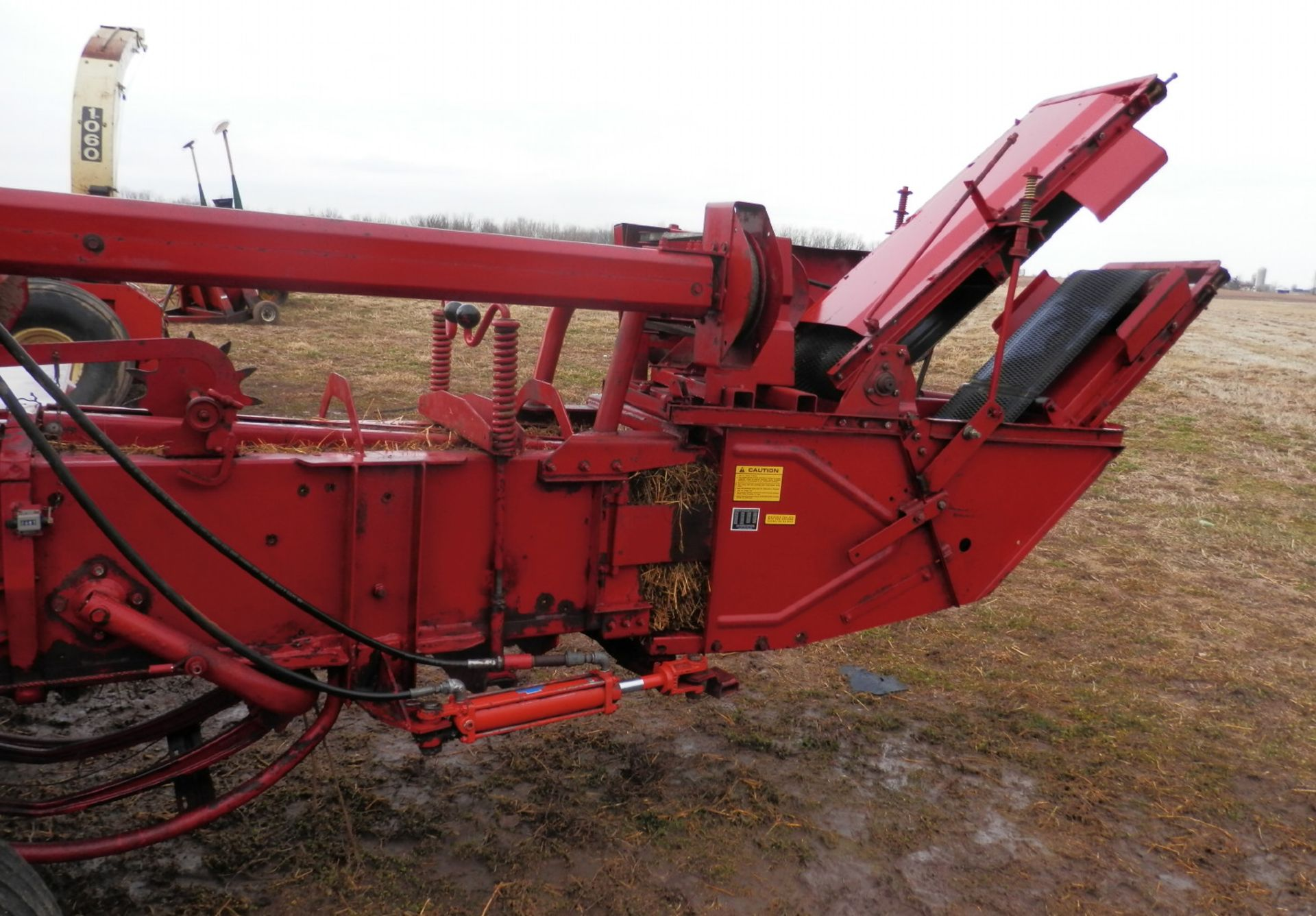 NH 310 SMALL SQUARE BALER w/#70 BELTED THROWER - Image 4 of 8