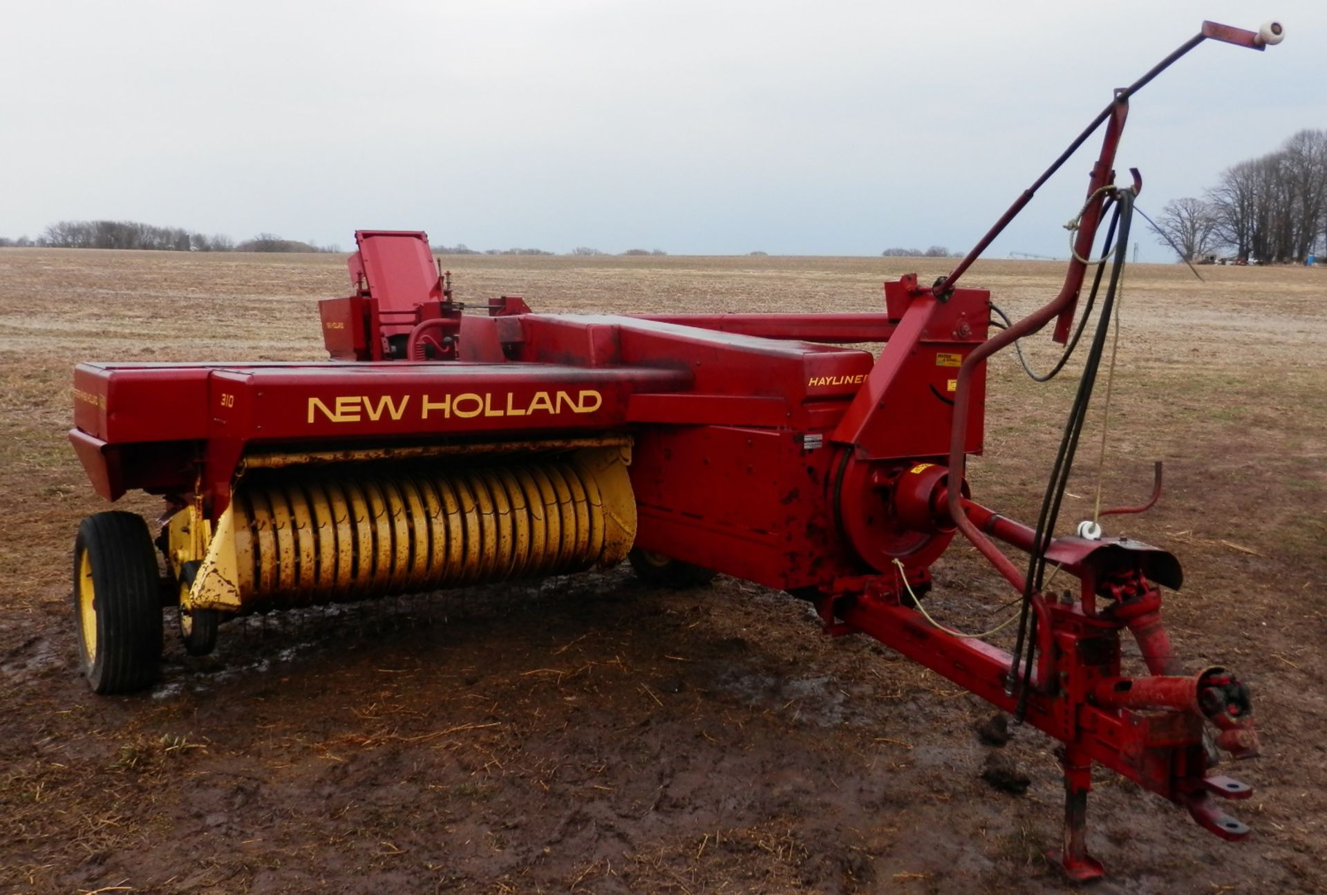 NH 310 SMALL SQUARE BALER w/#70 BELTED THROWER
