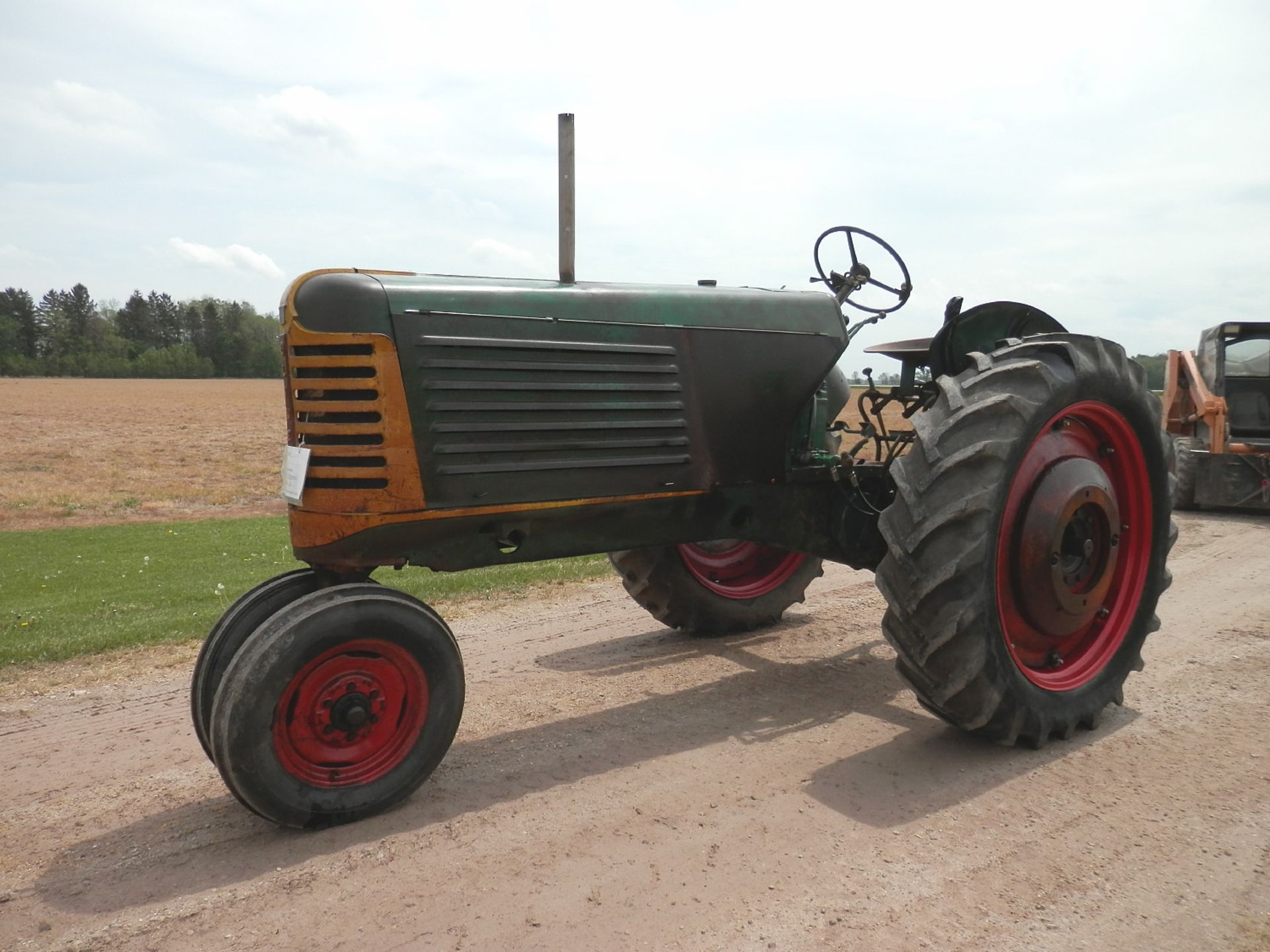 """OLIVER ROW CROP """"77"""" TRACTOR - Image 5 of 13"""