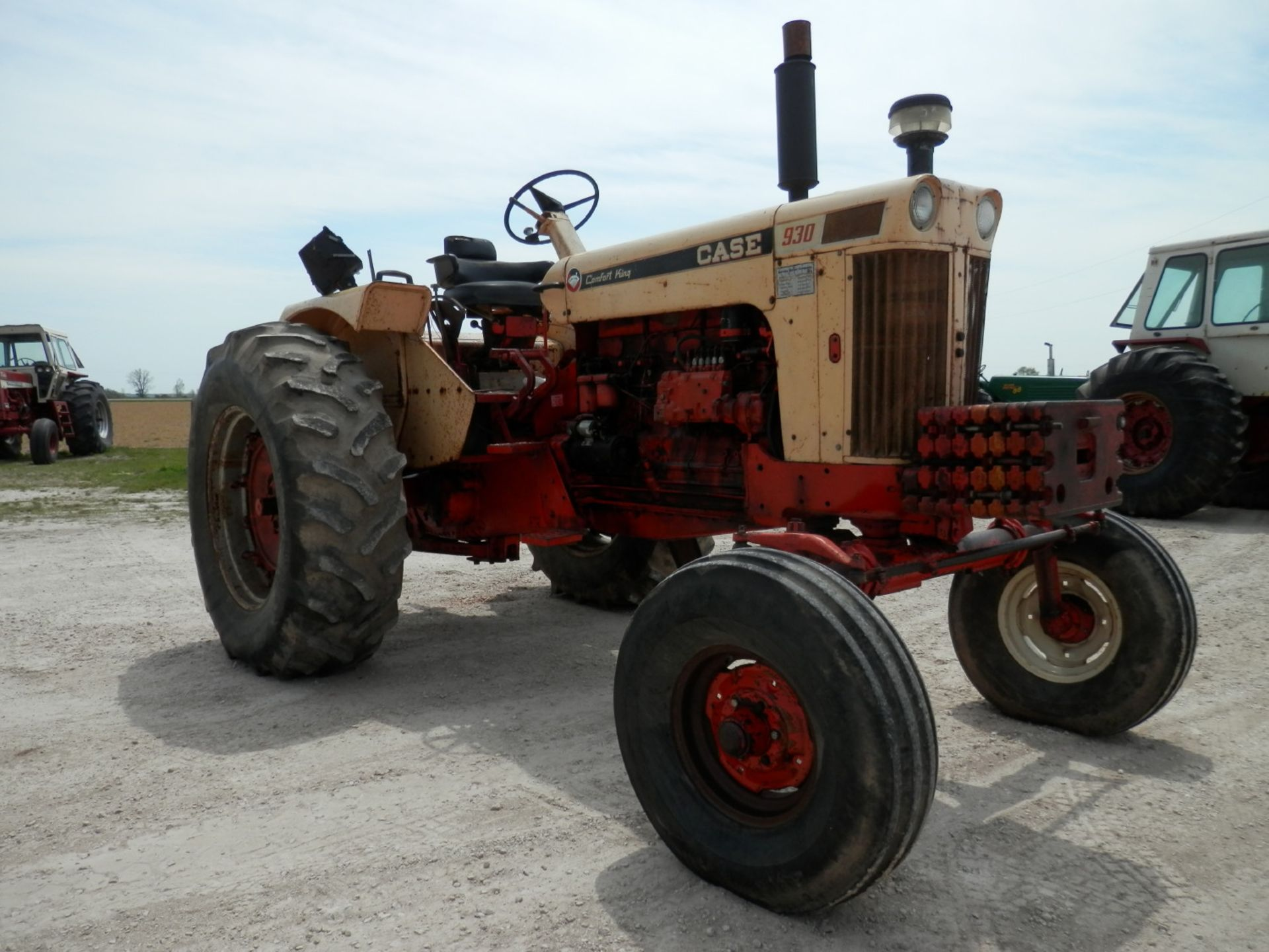 CASE 930 COMFORT KING TRACTOR - Image 2 of 9