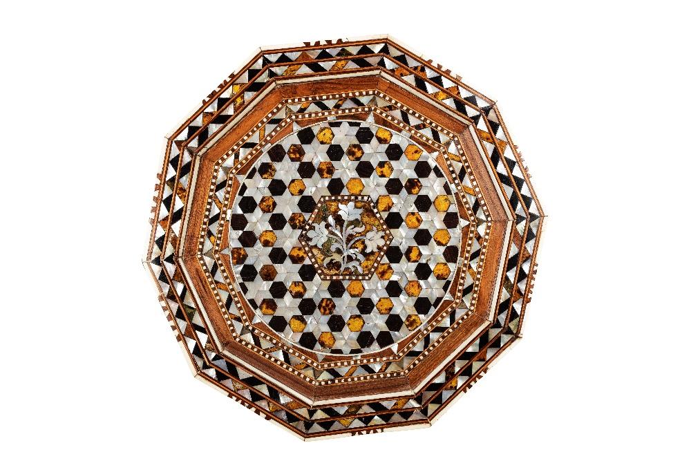 Grand guéridon ottomanTurquie, XVIIIe siècleTable de forme décagonale en bois incrusté de nacre, d'