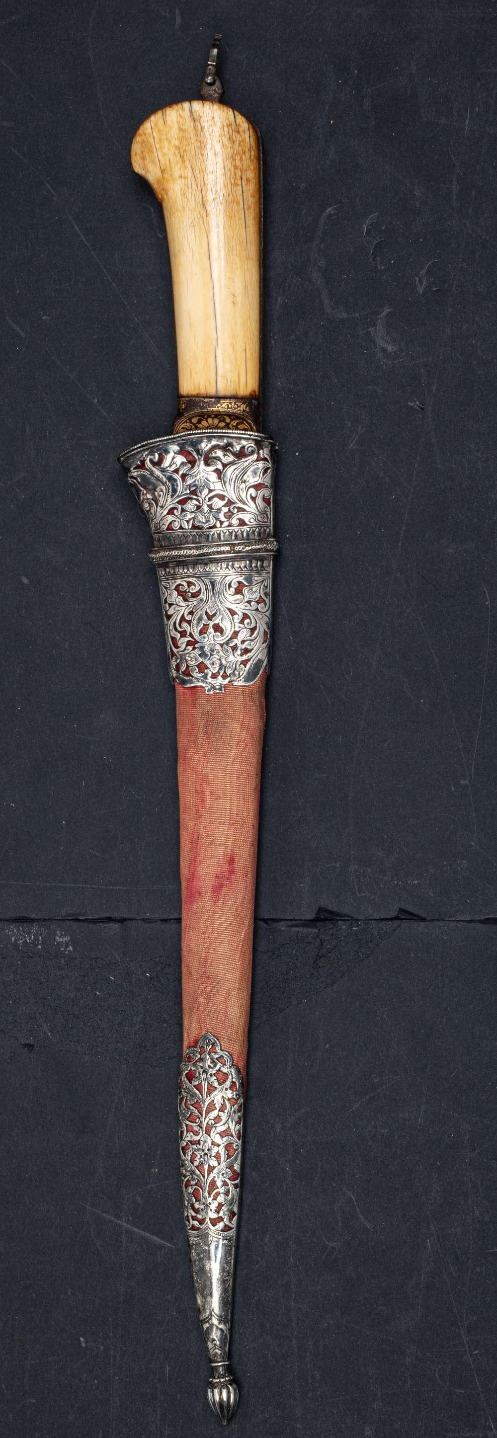 Peshkabz mogholInde, XVIIIe siècleA poignée en ivoire, garde, soie et dos de la lame incrustés d' - Image 4 of 4