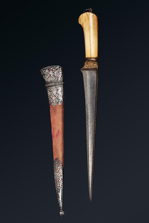 Peshkabz mogholInde, XVIIIe siècleA poignée en ivoire, garde, soie et dos de la lame incrustés d' - Image 2 of 4
