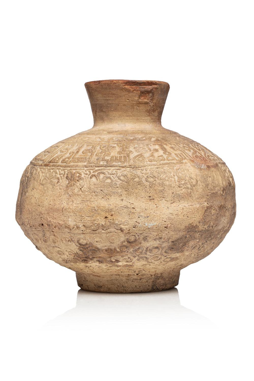 Jarre à eauSyrie, XIII-XIVe siècleVase à panse globulaire en terre cuite à décor estampé composé d'