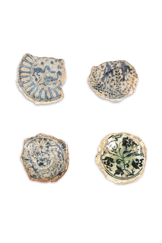 Quatre tessons mamelouquesEgypte ou Syrie, XVème siècleEn céramique argileuse à décor en plusieurs
