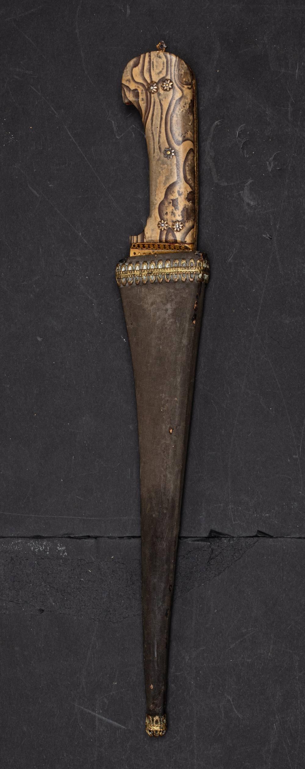 Peshkaz à poignée jaspéeInde, XIXe siècleDague à poignée à deux plaquettes de pierre jaspée, à décor - Image 4 of 4