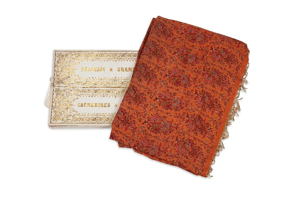 Châle aux bouquets de fleursCachemire ou Lyon, XIXe siècleEtoffe en coton fin à fond orangé, brodé