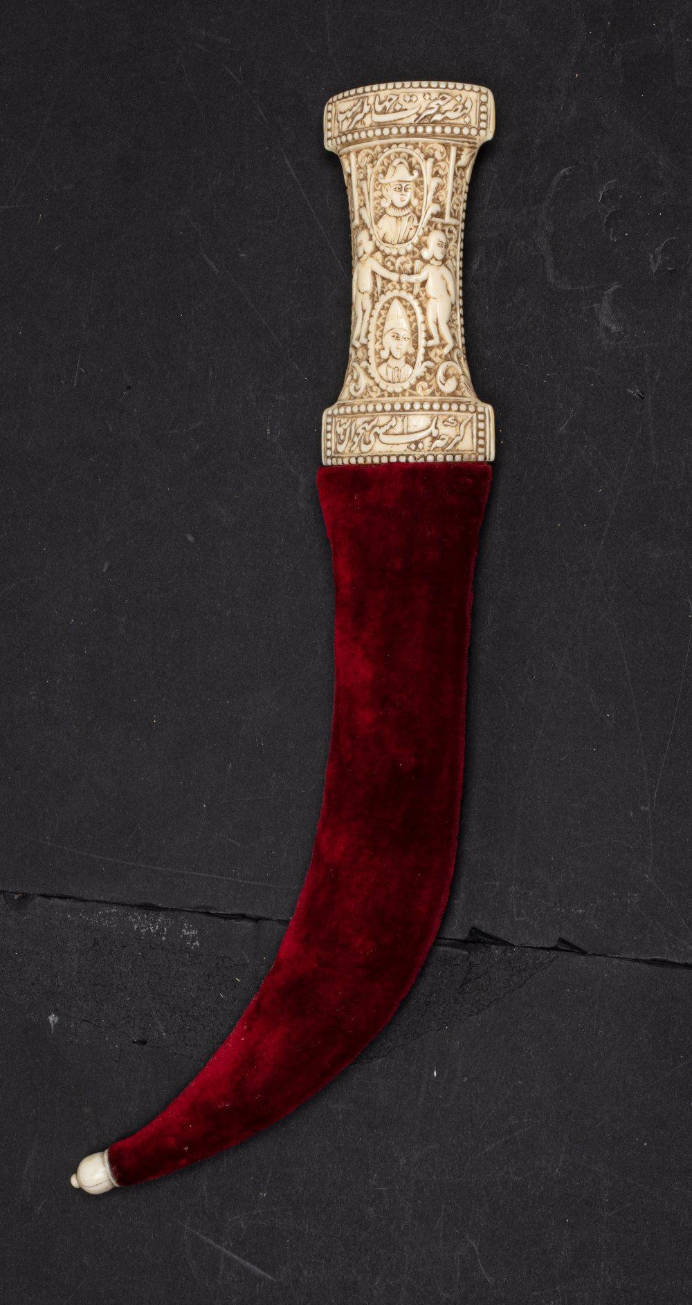 Belle jembiya qajarIran, vers 1850A poignée en ivoire de morse très finement sculptée. Sur une face, - Image 2 of 5