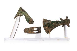 Ensemble de trois haches en bronzeLot comprenant une hache à collet, une autre hache à collet à lame