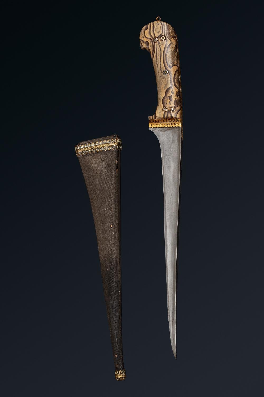 Peshkaz à poignée jaspéeInde, XIXe siècleDague à poignée à deux plaquettes de pierre jaspée, à décor - Image 2 of 4