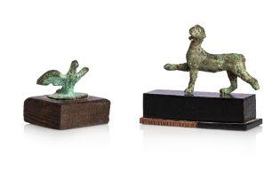 Lot comprenantUn bouchon de lampe à huile orné d'un aigle aux ailes déployées Et une statuette de