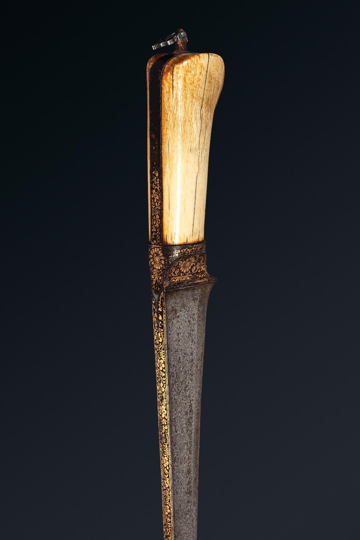 Peshkabz mogholInde, XVIIIe siècleA poignée en ivoire, garde, soie et dos de la lame incrustés d' - Image 3 of 4