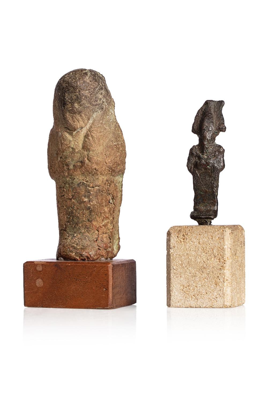Lot comprenantUn oushebti anépigraphie Terre cuite ocre Et un osiris Bronze à patine noire Egypte,