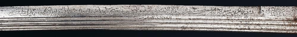 Superbe Nimcha signée Al-Baghdadi [al-Sabrawy ?]Maroc, datée 1224H . (=1808)Epée à poignée en - Image 4 of 5