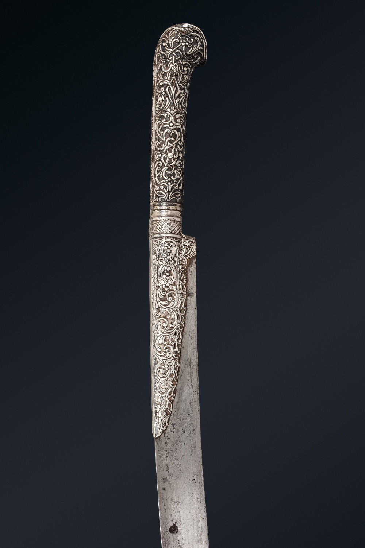 Beau Yatagan ottomanBalkans, daté 1218H (=1803)A poignée à oreillettes et garde en argent repoussé - Image 3 of 4