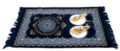 Zoulikha BOUABDELLAH (Moscou 1977)Silence bleu, 2008Tapis de prière modifié et escarpins 120 x 70 cm