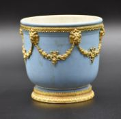 Wedgwood pot holder with finely chiseled gilded copper ornaments. Diameter : 13 cm.