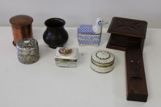 A selection of assorted collectables, treen etc.