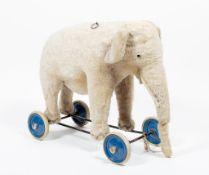 Steiff-Elefant auf Rädern.
