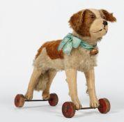 Steiff-Hund auf Rädern.