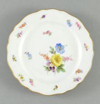 Kleiner Teller. Viererblume mit Streublüten und Insekten. Blaue Schwertermarke Meissen, 19./20.