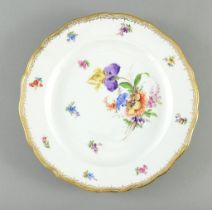 Teller. Bemalung mit Blütenbouquet und Streublüten. Goldkante. Blaue Schwertermarke Meissen, um