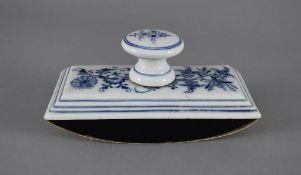 Löschwiege. Zwiebelmuster. Blaue Schwertermarke Meissen, 19. Jh. L 16 cm