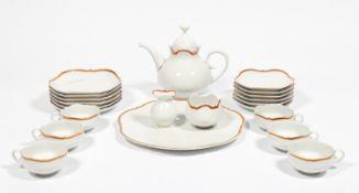 Teeservice für sechs Personen. Sechs Teetassen mit Untertassen, sechs Kuchenteller, Teekanne,