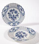 Zwei Dessertteller mit Korbdurchbruchrand. Zwiebelmuster. Blaue Schwertermarke Meissen. Ø 20,5 cm