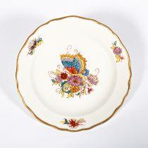 Teller. Polychrome Bemalung mit Schmetterling über Blüten. Goldrand. Blaue Schwertermarke Meissen