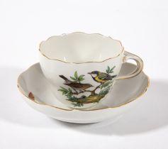 Kaffeetasse mit Untertasse. Zwei Vögel auf Ast und Insekten. Blaue Schwertermarke Meissen