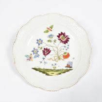 Große Schale. Reliefrand Alt-Ozier. Im Spiegel polychrome Blüten- und Insektenmalerei. Blaue