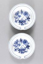 Paar Aschenbecher. Zwiebelmuster. Blaue Schwertermarke Meissen. Ø 9,5 cm