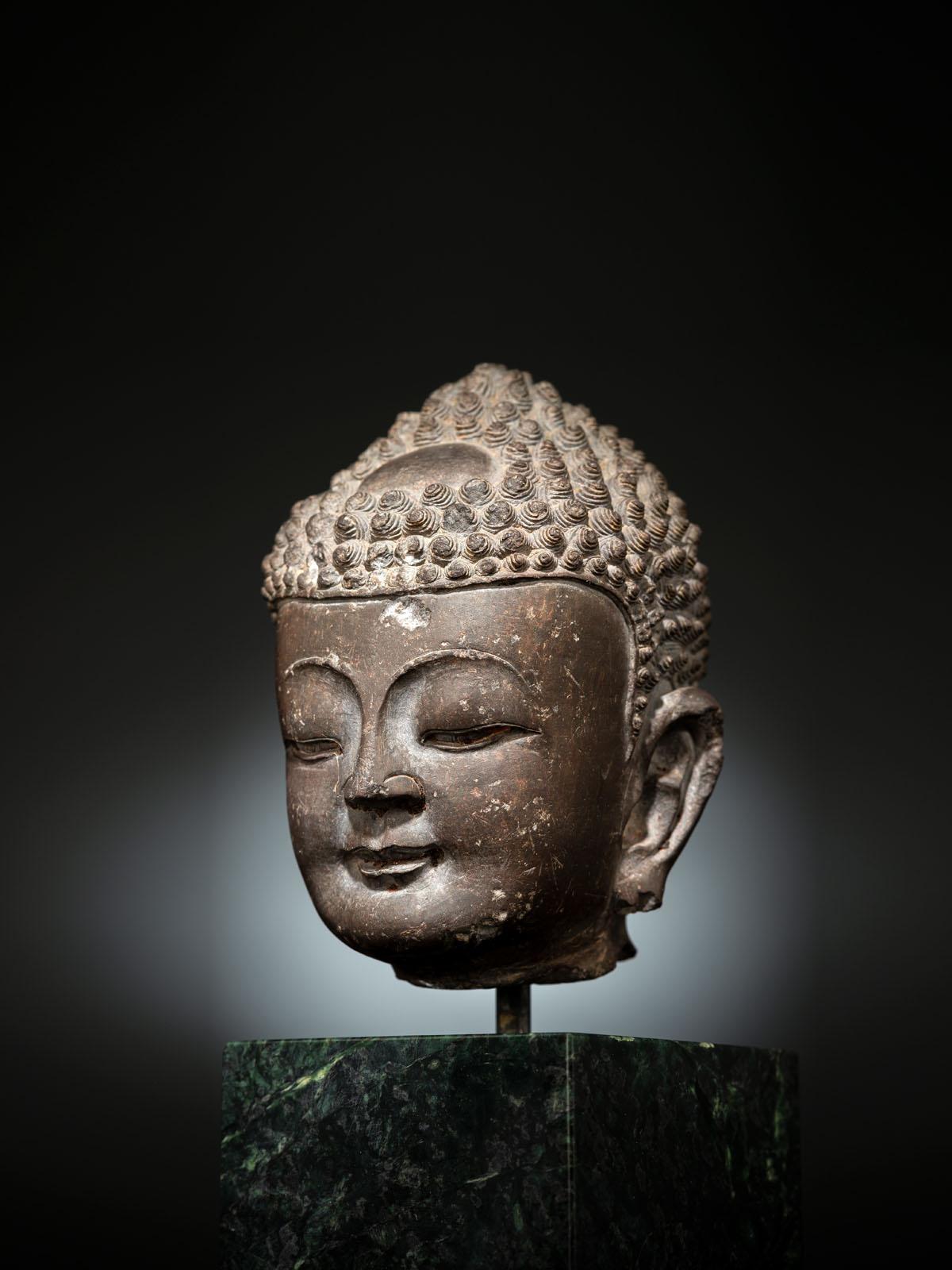 A FINE CARVED GREY-BROWN CARVED STONE HEAD OF BUDDHA SHAKYAMUNI - Image 4 of 10