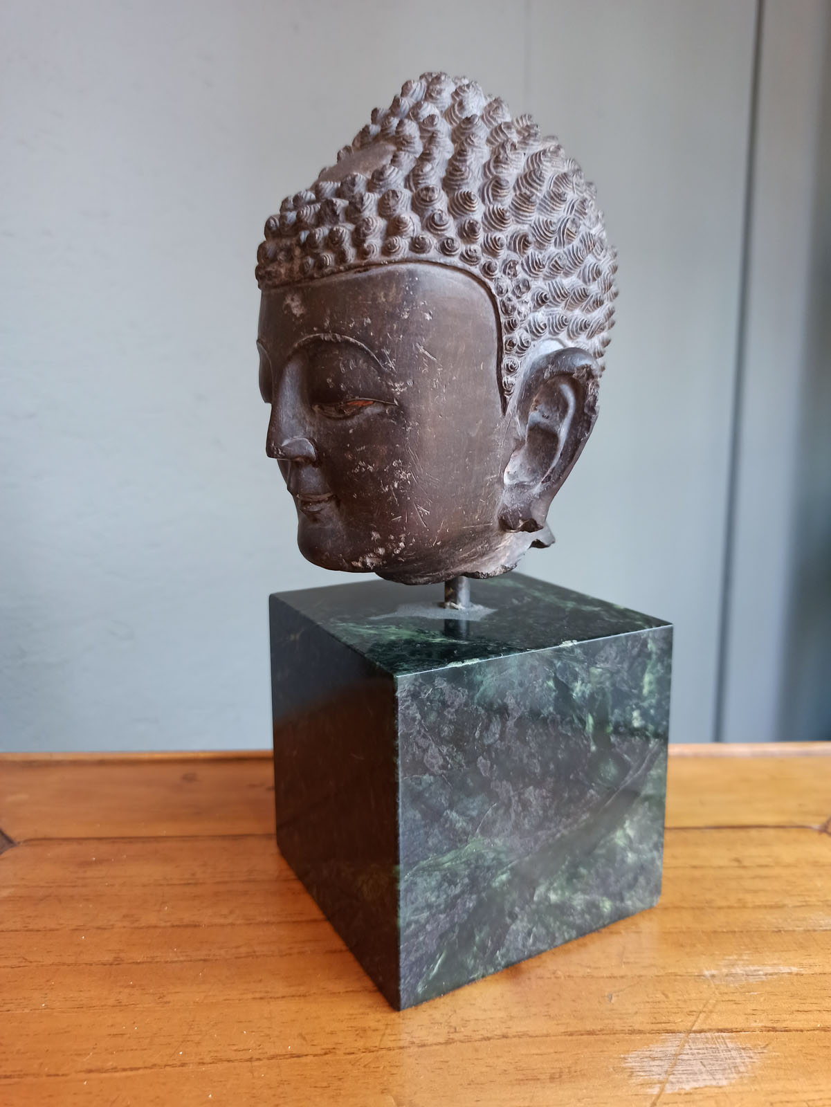 A FINE CARVED GREY-BROWN CARVED STONE HEAD OF BUDDHA SHAKYAMUNI - Image 7 of 10