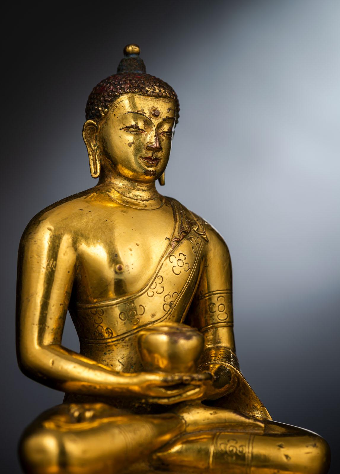 A FINE GILT-BRONZE FIGURE OF BUDDHA SHAKYAMUNI IN ZANABAZAR STYLE - Image 2 of 10