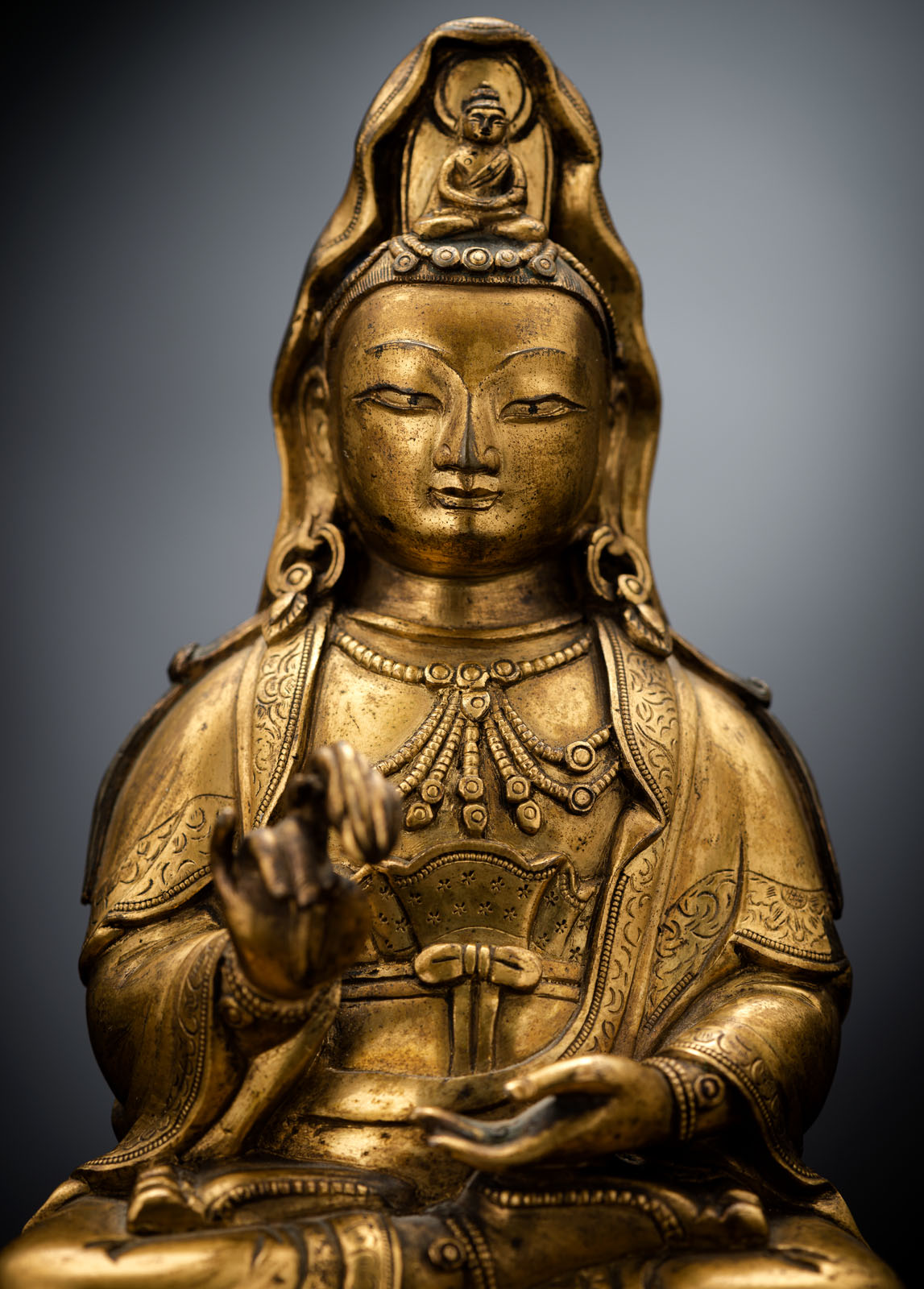 A FINE GILT-BRONZE FIGURE OF GUANYIN ON A LOTOS ABOVE A CARVED HARDWOOD LOTOS STAND - Image 4 of 4