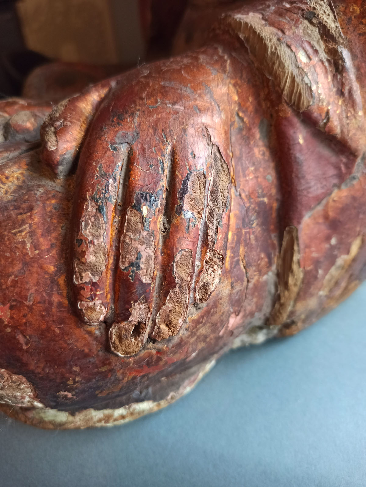 A GILT-LACQUERED CARVED WOOD FIGURE OF SEATED BUDDHA SHAKYAMUNI - Image 10 of 13