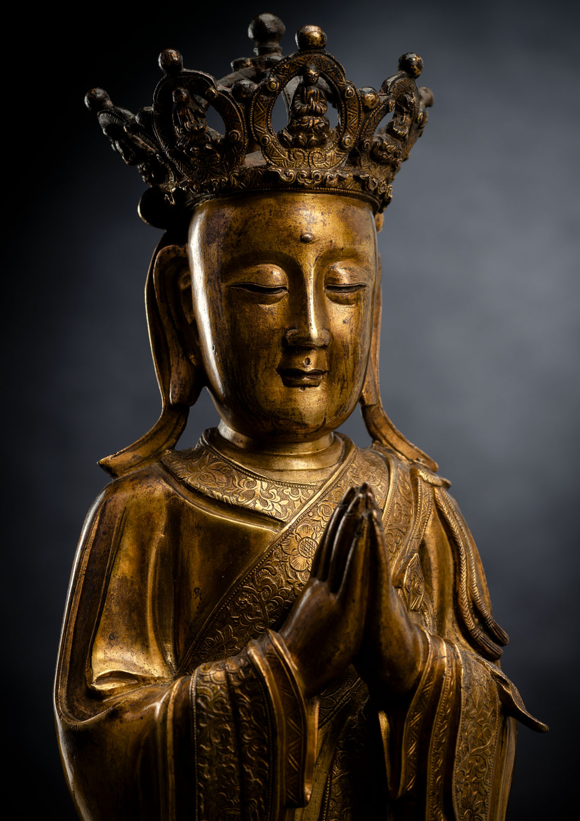 A FINE AND RARE GILT-BRONZE FIGURE OF ANANDA WITH CROWN - Image 4 of 5