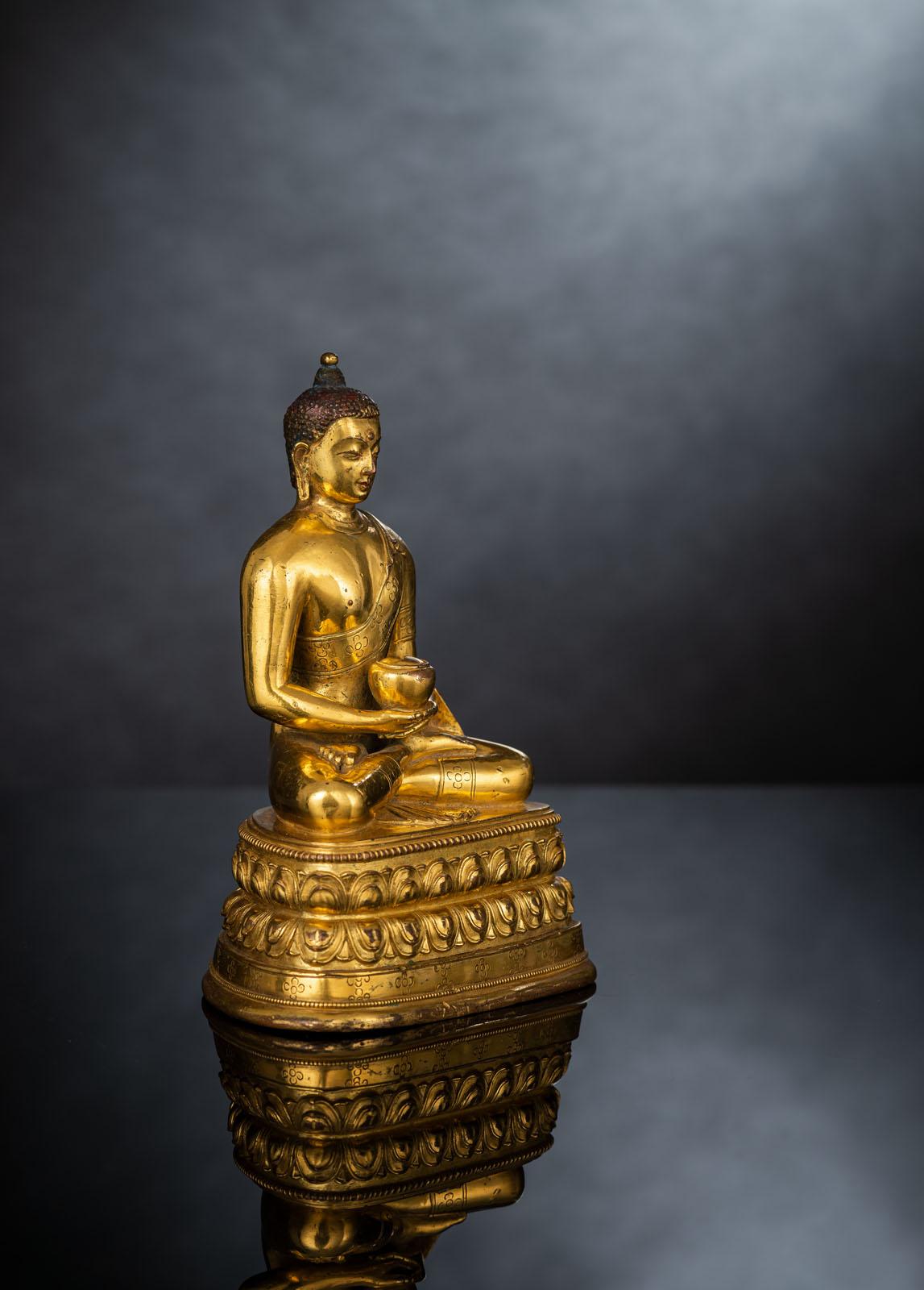 A FINE GILT-BRONZE FIGURE OF BUDDHA SHAKYAMUNI IN ZANABAZAR STYLE - Image 3 of 10